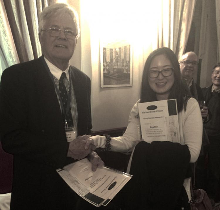 Yang receiving her Royal Society of Victoria Young Research Scientist award.