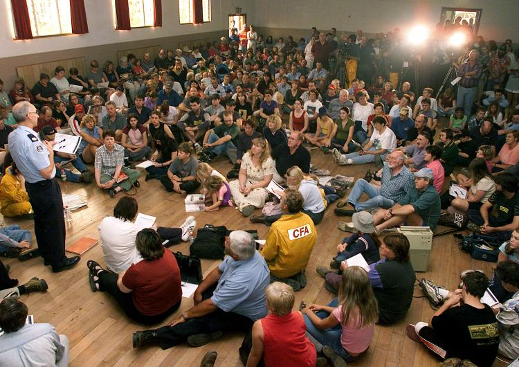 Community briefing during bushfire event. Photo: CFA.