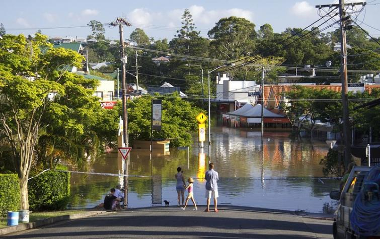 Floodwaters cover Rosalie Village, Brisbane QLD. Photo: Angus Veitch (CC BY-NC 2.0)