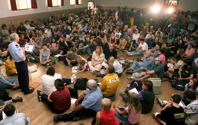 Community briefing during bushfire event. Photo: CFA.