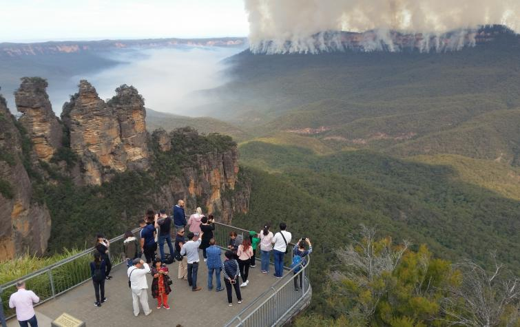 Tourists watch a hazard reduction burn in the NSW Blue Mountains, 2018. Photo: NSW National Parks and Wildlife Service.