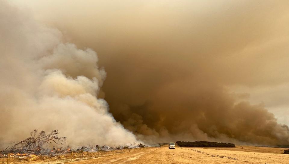 Kangaroo Island fire. Photo: Rob Hartill, South Australian Country Fire Service Promotions Unit