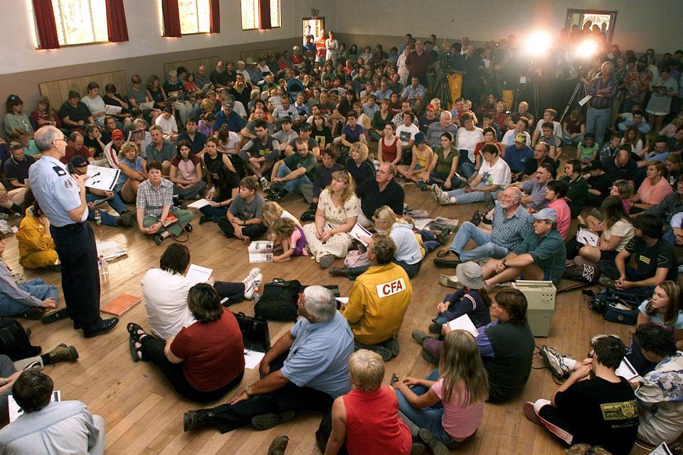 Community briefing during bushfire event. Photo credit: CFA.