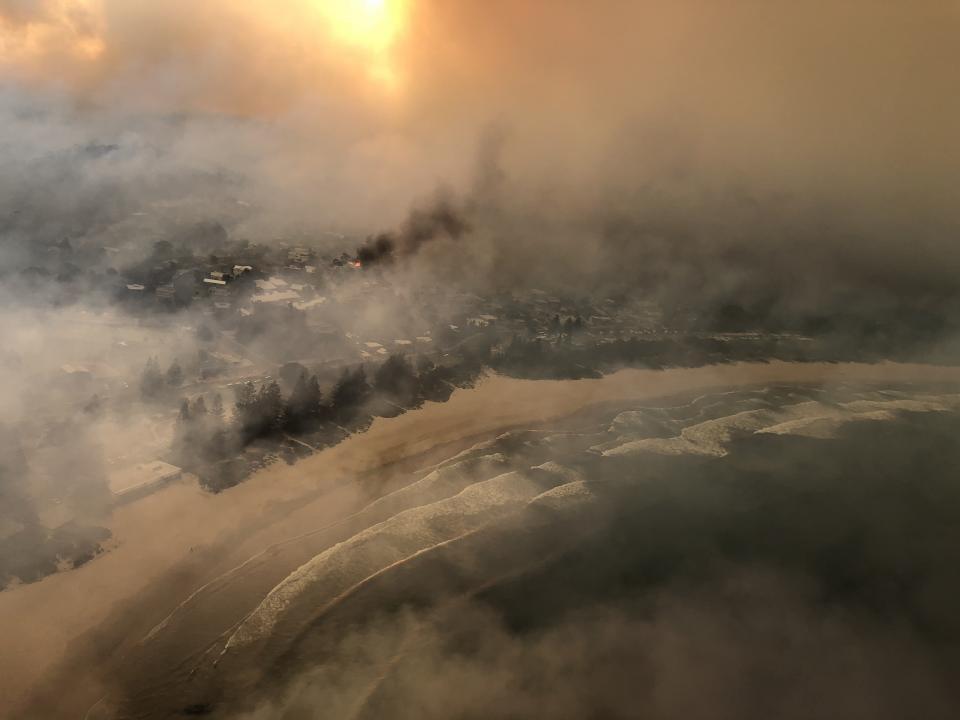 The bushfire threatens Tathra. Photo: Caleb Keeney, Timberline Helicopters